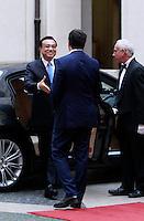 Il Presidente del Consiglio Matteo Renzi accoglie il Primo Ministro cinese Li Keqiang, sinistra, a Palazzo Chigi, Roma, 14 ottobre 2014.<br /> Italian Premier Matteo Renzi welcomes Chinese Prime minister Li Keqiang, left, at Chigi Palace, Rome, 14 October 2014.<br /> UPDATE IMAGES PRESS/Isabella Bonotto