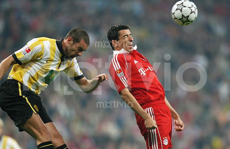 Fussball 1.Bundesliga 2006/2007  1. Spieltag FC Bayern Muenchen - BVB Borussia Dortmund Roy Makaay (FCB,re) gegen Christoph Metzelder (BVB)