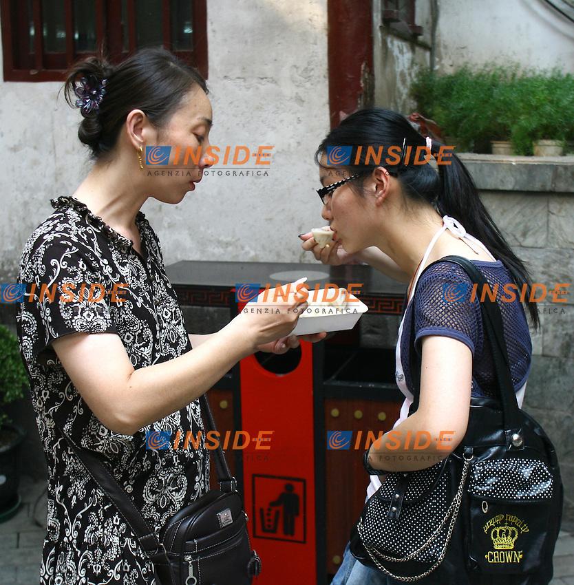 Shanghai Cina 25/7/2007<br /> Pasto di ravioli nella citta' vecchia di Shanghai.<br /> Foto Andrea Staccioli Insidefoto