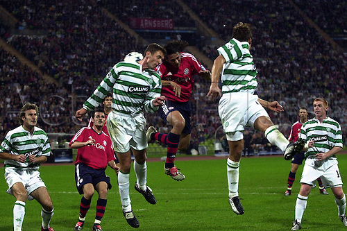 17.09.2003  Claudio Pizarro (Bayern) challenges Chris Sutton  and Stanislav Vargas watched by Neil Lennon (Celtic Glasgow) and Willy Sagnol (Bayern)