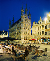 Belgium, Flemish Brabant, Leuven: Town Hall and cafe aat night | Belgien, Flaemisch-Brabant, Loewen: das spaetgotische Rathaus am Großen Markt - Grote Markt - Strassencafe am Abend