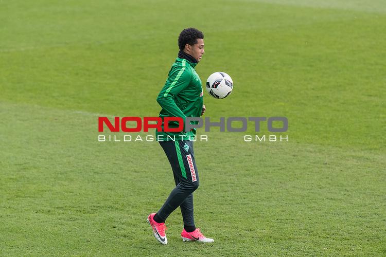 28.04.2017, Trainingsgelaende, Bremen, GER, 1.FBL, Training Werder Bremen<br /> <br /> im Bild<br /> Serge Gnabry (Bremen #29) am Ball, <br /> <br /> Foto &copy; nordphoto / Ewert