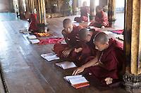 Myanmar, (Burma), Shan State, Nyaung Shwe: Student monks inside the Shwe Yan Pyay monastery | Myanmar (Birma), Shan Staat, Nyaung Shwe: studierende Moenche im Innern des Shwe Yan Pyay Klosters