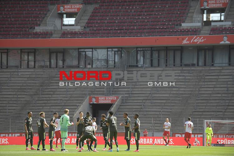 nph00351: beide Teams stehen vor Anpfiff aif dem Platz <br /> vor leeren Raengen, Tribuenen.<br /> <br /> Sport: Fussball: 1. Bundesliga: Saison 19/20: 26.Spieltag: 1.FC KOELN-FSV MAINZ 05,17.05.2020.<br /> <br /> Nur für journalistische Zwecke! Only for editorial use!<br /> Gemäß den Vorgaben der DFL Deutsche Fußball Liga ist es untersagt, in dem Stadion und/oder vom Spiel angefertigte Fotoaufnahmen in Form von Sequenzbildern und/oder videoähnlichen Fotostrecken zu verwerten bzw. verwerten zu lassen. DFL regulations prohibit any use of photographs as image sequences and/or quasi-video.<br /> <br /> Foto: Anke Waelischmiller/SVEN SIMON/POOL/via Meuter/nordphoto
