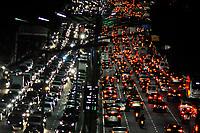 SÃO PAULO,SP, 13.04.2017 - TRANSITO-SP - Trânsito intenso no corredor norte-sul na avenida 23 de maio, visto a partir do viaduto Tutoia na região central de São Paulo na nesta quinta-feira (13) (Foto: Renato Gizzi/Brazil Photo Press)