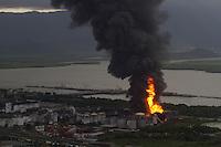 """SANTOS, SP, 02.04.2015 - INCENDIO / SANTOS - ULTRACARGO - Um incêndio de grandes proporções atinge tanques de combustível da empresa Ultracargo, na área industrial da Alemoa, em Santos, litoral sul de São Paulo, nesta quinta-feira. A Ultracargo informou, em nota, que o incêndio está """"contido"""". Segundo comunicado da empresa, a equipe da Brigada de Incêndio evacuou a área e acionou o plano de ajuda mútua. Não houve vítimas. (Foto: Flavio Hopp / Brazil Photo Press)."""