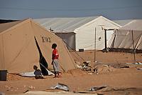 Tunisie Djiba  ou Dehiba Camp UNHCR de refugies libyens a la frontiere entre Tunisie et Libye refugees camp  Tunisian and Libyan border  ..Tunisia campo profughi di Djiba al confine tra tunisia e Libia  boy  entering in a tent ..garcon en face d une tente du camp ragazzino davanti a una tenda