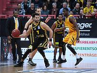 Basketball  1. Bundesliga  2016/2017  Hauptrunde  16. Spieltag  27.12.2016 Walter Tigers Tuebingen - MHP Riesen Ludwigsburg Julian Washburn (re, Tigers) gegen Drew Crawford (li, Ludwigsburg)