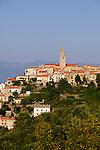 Vrbnik ist eine kleine, aber, wie viele Gemeinden auf der Insel Krk auch, sehr alte Ortschaft. Sie liegt im zentralen Teil an der Nordostküste der Insel und hat einen kleinen Hafen. Vrbnik is a Croatian village perched on a rocky outcrop by the Adriatic sea on the east coast of the island of Krk. Dalmatia, Croatia. Insel Krk, Dalmatien, Kroatien. Krk is a Croatian island in the northern Adriatic Sea, located near Rijeka in the Bay of Kvarner and part of the Primorje-Gorski Kotar county. Krk ist mit 405,22 qkm nach Cres die zweitgroesste Insel in der Adria. Sie gehoert zu Kroatien und liegt in der Kvarner-Bucht suedoestlich von Rijeka.