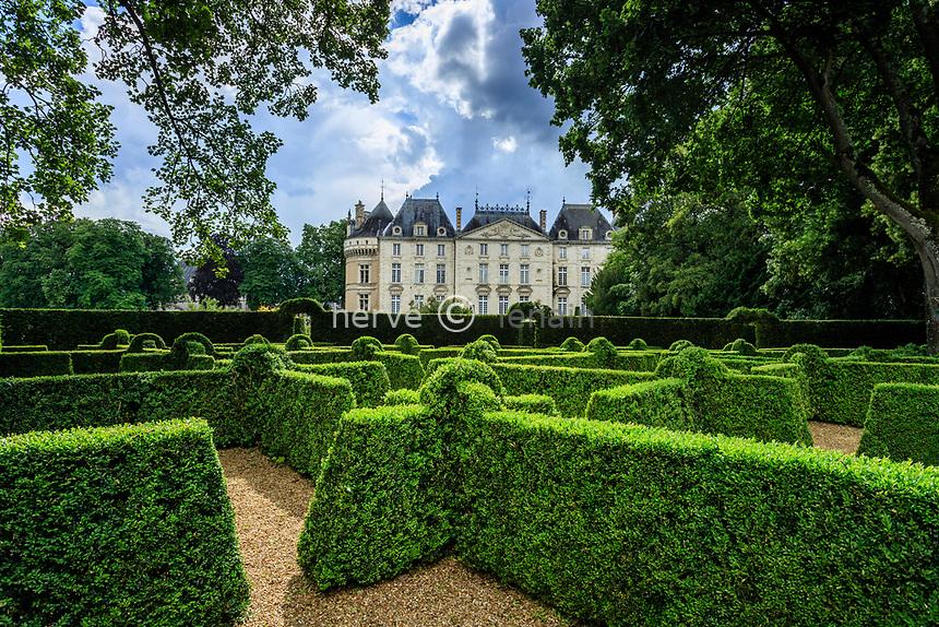France, Sarthe (72), Le Lude, château et jardins du Lude, la façade Est du château et le labyrinthe du jardin de l'Éperon