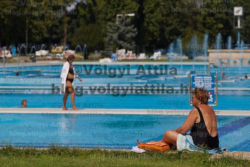 Bath goers enjoy their summer time in Budapest, Hungary. Sunday, 29. August 2010. ATTILA VOLGYI