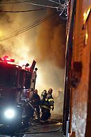 CAMPINAS, SP 31.10.2018-INCENDIO-Um incendio de grandes proporções atingiu duas lojas no centro da cidade de Campinas, interior de São Paulo, por volta das 23hs de terça-feira (30) quando teve inicio no fundo de uma loja de plasticos e na madrugada expandiu para uma loja de utensilios domesticos e papelaria. Varias equipes do corpo de Bombeiros foram acionadas e o fogo até as 4h30 estava sendo controlado. (Foto: Denny Cesare/Codigo19)
