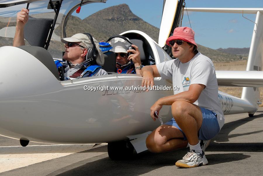 4415 / Martin Lessley: AFRIKA, SUEDAFRIKA, 07.01.2007:Flugplatz Gariepdam, Martin Lessle, Steve Fosset, Terry Delore, Nimbus 4 DM