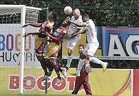 BOGOTÁ -COLOMBIA, 23-08-2015. Wilmar Barrios (Izq) y Breyner Bonilla (C Izq) del Deportes Tolima saltan por el balón con Jorge Ramirez (C Der) y Ray Vanegas (Der) de Patriotas FC durante partido por la fecha 8 de la Liga Águila II 2015 jugado en el estadio Metropolitano de Techo en Bogotá./ Wilmar Barrios (L) and Breyner Bonilla (Center L) players of Deportes Tolima jump for the ball with Jorge Ramirez (C R) and Ray Vanegas (R) player of Patriotas FC during match for the 8th date of the Aguila League II 2015 played at Metropolitano de Techo stadium in Bogota city. Photo: VizzorImage/ Gabriel Aponte / Staff
