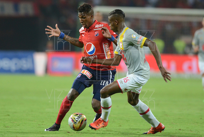 MEDELLÍN -COLOMBIA-12-03-2016. Johan Atrango (Izq) de Independiente Medellín disputa el balón con Jordy Monroy (Der) de Independiente Santa Fe durante partido por la fecha 9 de la Liga Águila I 2016 jugado en el estadio Atanasio Girardot de la ciudad de Medellín./ Johan Atrango (L) player of Independiente Medellin fights for the ball with Jordy Monroy (R) Independiente Santa Fe during the date 9 of Aguila League I 2016 played at Atanasio Girardot stadium in Medellin city. Photo: VizzorImage/ León Monsalve /Str
