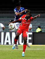BOGOTÁ-COLOMBIA, 08-09-2019: Fabiola Herrera de Millonarios y Linda Caicedo de América de Cali disputan el balón, durante partido entre Millonarios y el América de Cali de ida de las semifinales por la Liga Águila Femenina 2019  jugado en el estadio Nemesio Camacho El Campín de la ciudad de Bogotá. / Fabiola Herrera of Millonarios and Linda Caicedo of America de Cali figth for the ball, during a match between Millonarios and America de Cali of the semifinals for the 2019 Women's Aguila League played at the Nemesio Camacho El Campin Stadium in Bogota city, Photo: VizzorImage / Luis Ramírez / Staff.