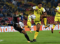 BOGOTA - COLOMBIA - 22 – 03 - 2018: Wuilker Fariñez (Izq.) jugador de Millonarios disputa el balón con Cristian Florez (Der.) jugador de Alianza Petrolera, durante partido aplazado de la fecha 8 entre Millonarios y Alianza Petrolera, por la Liga Aguila I 2018, jugado en el estadio Nemesio Camacho El Campin de la ciudad de Bogota. / Wuilker Fariñez (L) player of Millonarios vies for the ball with Cristian Florez (R) player of Alianza Petrolera, during a posponed match of the 8th date between Millonarios and Alianza Petrolera, for the Liga Aguila I 2018 played at the Nemesio Camacho El Campin Stadium in Bogota city, Photo: VizzorImage / Luis Ramirez / Staff.