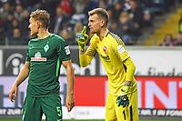 Torwart Lukas Hradecky (Eintracht Frankfurt) gegen Ludwig Augustinsson (SV Werder Bremen) - 03.11.2017: Eintracht Frankfurt vs. SV Werder Bremen, Commerzbank Arena