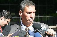 SÃO PAULO - SP, 18 DE FEVEREIRO 2013. JULGAMENTO GIL RUGAI - O promotor Rogério Leão Zagallo, responsável pela acusação de Gil Rugai, fala com a imprensa em frente ao Fórum Criminal da Barra Funda, em São Paulo, nesta segunda-feira (18). Rugai, acusado de matar o pai, Luiz Carlos Rugai, e a madrasta, Alessandra de Fátima Troitino, deve ir a júri popular.FOTO: MAURICIO CAMARGO / BRAZIL PHOTO PRESS.