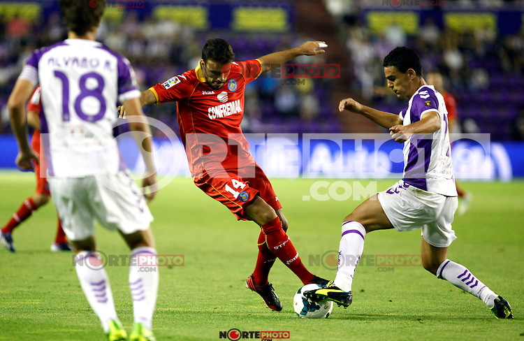 Real Valladolid´s Peña (r) and Getafe's Pedro Leon (l) during La Liga match.August 31,2013. (ALTERPHOTOS/Victor Blanco)