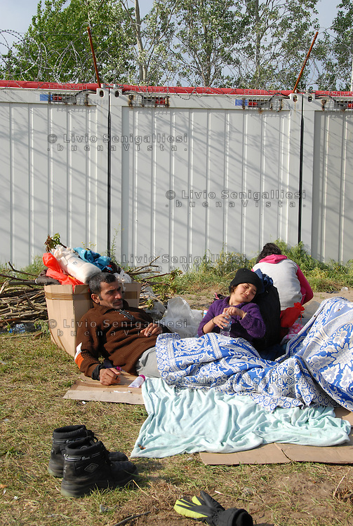 Subotica / Serbia  160416<br /> Syrian refugees living outdoors in the no man's land near the wall that separates Serbia from Hungary.<br /> Photo Livio Senigalliesi