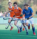 BLOEMENDAAL  - Tom Verheijen (Kampong) met Dolf Cox (Bldaal), competitiewedstrijd junioren  landelijk  Bloemendaal JB1-Kampong JB1 (4-3) . COPYRIGHT KOEN SUYK
