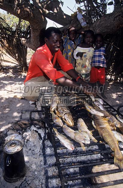 Afrique/Afrique de l'Ouest/Sénégal/Basse-Casamance/Kachouane : Mamadou Bocuse restaurateur grillant les poissons