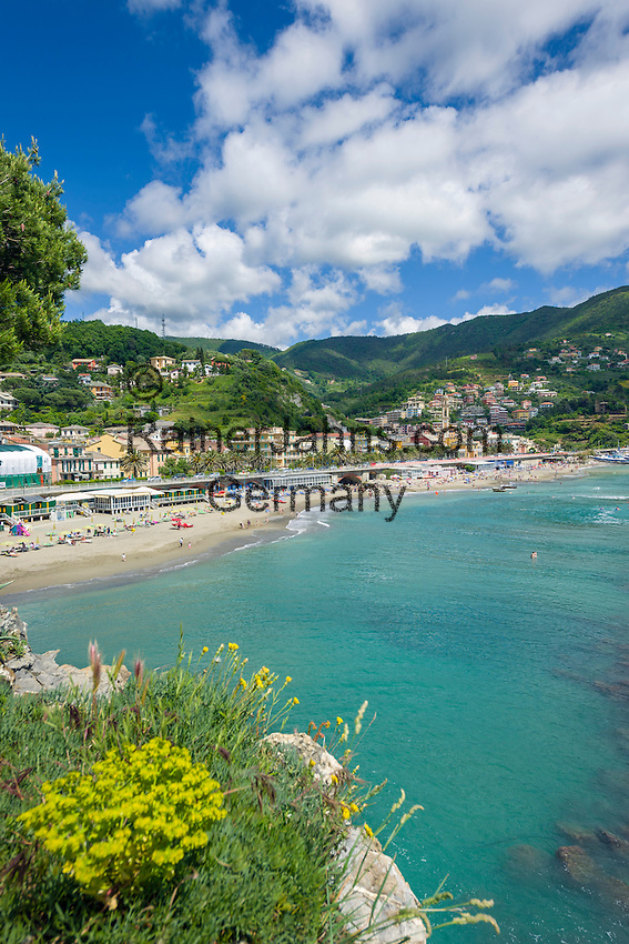 Italy, Liguria, Riviera Ligure di Levante, Moneglia: popular tourist resort, at village centre Church of Santa Croce | Italien, Ligurien, Riviera Ligure di Levante, Moneglia: beliebter Urlaubs- und Badeort, im Ortszentrum die Kirche Santa Croce