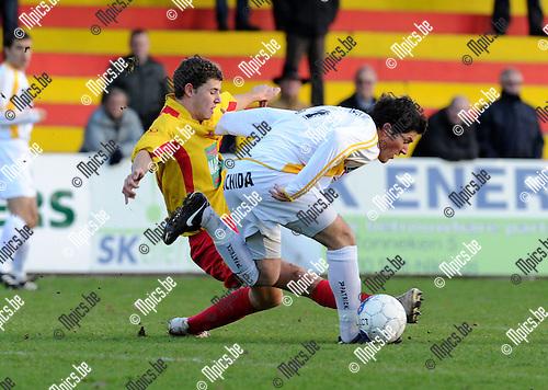 2010-12-12 / Voetbal / seizoen 2010-2011 / SV Bornem - Wielsbeke / Koen Stabel (L, Bornem) met Shkodra..Foto: Mpics