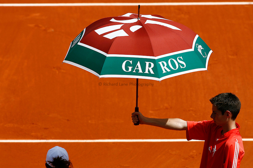 Photo: Iconsport/Richard Lane Photography..French Open, Roland Garros 2007. 31/05/2007..An umbrella keeps the sun off the players.