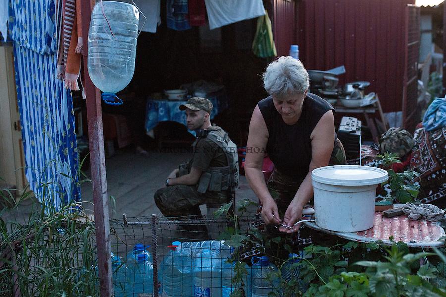UKRAINE, Pisky: The cleaning place for dishes.... <br /> <br /> UKRAINE, Pisky: Le lieu de nettoyage pour la vaiselle.