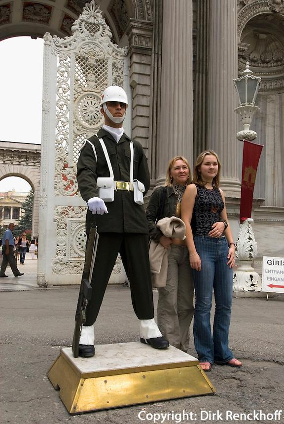 Türkei, Wachposten vor  Dolmabahce-Palast in Istanbul im Stadtteil Besiktas