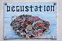 Europe/France/Bretagne/29/Finistère/Pont-Aven: Enseigne  et Porte-Menu d'un restaurant proposant des plateaux de fruits de mer- Enseigne peinte dans la cité des peintres impressionistes