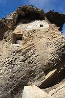 Fels Sa Rocca ,mit Felsgräber, Wohnugen und kleiner Kirche, in Sedini, Provinz Sassari, Nord - Sardinien, Italien