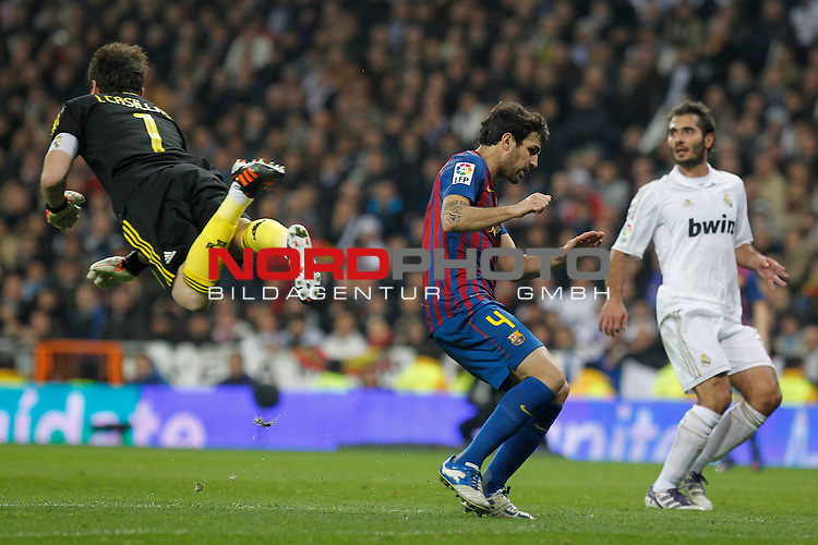 18.01.2012, Estadio Santiago Bernabéu, ESP, Madrid, Kings Cup, Real Madrid vs FC Barcelona, im Bild  Real Madrid's Iker Casillas and FC Barcelona's Cesc Fabregas during spanish King's Cup on January 18th 2012...Photo: Alex Cid-Fuentes / Foto © nph
