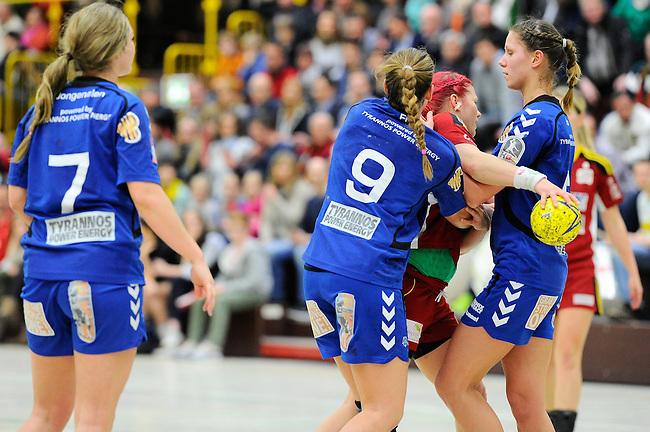 BENSHEIM, DEUTSCHLAND - MAERZ 15: 2. Spieltag in der Abstiegsrunde der Handball Bundesliga Frauen (HBF) in der Saison 2013/2014 zwischen dem Tabellenletzten HSG Bensheim/Auerbach (rot) und dem Tabellenersten der Abstiegsrunde, der HSG Blomberg-Lippe (blau) am 15. Maerz 2014 in der Weststadthalle Bensheim, Deutschland. Endstand 29:32. (16:15)<br /> (Photo by Dirk Markgraf/www.265-images.com) *** Local caption *** #22 Annika Hermenau von der HSG Bensheim/Auerbach, Isabelle Jongenelen (#7) von der HSG Blomberg-Lippe, Noelle Frey (#9) von der HSG Blomberg-Lippe, Barbara Hetmanek (#8) von der HSG Blomberg-Lippe