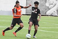 SÃO PAULO, SP, 05.11.2015 - FUTEBOL-CORINTHIANS -  Lincom (e) e Gil (d) jogadores do Corinthians durante sessão de treinamento no Centro de Treinamento Joaquim Grava na região leste de São Paulo nesta quinta-feira, 05.  (Foto: Marcos Moraes / Brazil Photo Press)