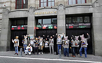 Nederland Amsterdam - januari 2020.    De FNV roept op Fat Cat Day de veertien meest invloedrijke CEO's van ons land op om zich uit te spreken voor een hoger minimumloon. De meeste van deze CEO's hebben op 5 januari al het bedrag verdiend waar een minimumloner een heel jaar voor moet werken. Veertien mensen in kattenpakken lopen vanaf het Station in Amsterdam naar het Beursplein. Daar is een expositie ingericht over de grootverdieners.     Foto mag niet in schadelijke context voor de actievoerders gepubliceerd worden.    Foto Berlinda van Dam / Hollandse Hoogte