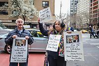 Os manifestantes da Pro Assange protestam em frente a Embaixada da Grã-Bretanha em Nova York. Após semanas de especulações, o fundador do Wikileaks, Julian Assange, foi preso por policiais da Scotland Yard dentro da embaixada equatoriana no centro de Londres nesta manhã. O presidente do Equador, Lenin Moreno, retirou o asilo de Assange depois de sete anos citando repetidas violações às convenções internacionais. (Foto: William Volcov/ Brazil Photo Press)