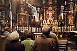 Europa, DEU, Deutschland, Nordrhein Westfalen, NRW, Rheinland, Niederrhein, Kevelaer, Kerzenkapelle, Gebet, Gottesdienst, Wallfahrer, Kevelaer ist ein Wallfahrtsort am Niederrhein. Die Kerzenkapelle ist die aelteste Wallfahrtskirche in Kevelaer. Die Aufnahme zeigt Wallfahrer beim Gebet in der Kerzenkapelle waehrend der Marienvesper. Marienvesper ist eine Bezeichnung fuer die liturgische Feier des abendlichen Stundengebets der (Vesper) an Marienfesten., Kategorien und Themen, Menschen, Mensch, Personen, Person, Menschenfotos, People, Religion, Glaube, Christen, Christentum....[Fuer die Nutzung gelten die jeweils gueltigen Allgemeinen Liefer-und Geschaeftsbedingungen. Nutzung nur gegen Verwendungsmeldung und Nachweis. Download der AGB unter http://www.image-box.com oder werden auf Anfrage zugesendet. Freigabe ist vorher erforderlich. Jede Nutzung des Fotos ist honorarpflichtig gemaess derzeit gueltiger MFM Liste - Kontakt, Uwe Schmid-Fotografie, Duisburg, Tel. (+49).2065.677997, ..archiv@image-box.com, www.image-box.com]