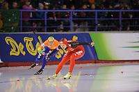 SCHAATSEN: CALGARY: Olympic Oval, 08-11-2013, Essent ISU World Cup, 500m, Hang Zhang (CHN), Laurine van Riessen (NED), ©foto Martin de Jong