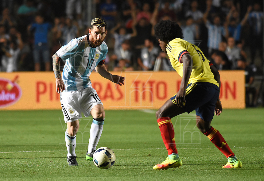SAN JUAN- ARGENTINA-15-11-2016: Lionel Messi (Izq.) jugador de Argentina, disputa el balón con Carlos Sanchez (Der.) jugador de Colombia, durante partido entre los seleccionados de Argentina y Colombia por la fecha 12 válido por la clasificación a la Copa Mundo FIFA Rusia 2018, jugado en el Estadio San Juan del Bicentenario de la ciudad de San Juan. /  Lionel Messi (L) player of Argentina, vies the ball with Carlos Sanchez (R) player of Colombia during match between Argentina and Colombia for the date 12 valid for the  FIFA World Cup Russia 2018, Qualifier played at San Juan del Bicentenario Stadium in San Juan city. Photo: VizzorImage / Mario Garcia /Photogamma / Cont.