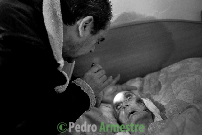 2012-12-26. Pere&ntilde;a, Salamanca.. Teresa Gallego tiene 99 a&ntilde;os y quiere morir en su casa de Cabeza de Framontanos. Ella es una de las pacientes de Luis Rodr&iacute;guez, m&eacute;dico rural en la comarca de Las Arribes (Salamanca), una de las m&aacute;s envejecidas y despobladas de Espa&ntilde;a. La mayor&iacute;a de los pacientes de esta zona son octogenarios que viven en municipios de menos de 500 habitantes como Pere&ntilde;a o Cabeza. El trabajo del m&eacute;dico rural es similar al de cualquier m&eacute;dico de familia, salvo por las largas distancias que tienen que recorrer para visitar a los pacientes. En algunos pueblos no hay ni siquiera dispensario y es el doctor el que se desplaza a las casas. Esta profesi&oacute;n tampoco se libra de los recortes sanitarios. Por ejemplo, Castilla y Le&oacute;n ha decidido suprimir las guardias m&eacute;dicas rurales en 16 puntos de su geograf&iacute;a. (c) Pedro ARMESTRE.<br />