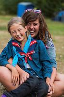 20140805 Vilda-l&auml;ger p&aring; Kragen&auml;s. Foto f&ouml;r Scoutshop.se<br /> scout, scouter, tv&aring;, l&auml;gerplats, sitter, gr&auml;s, skog, tr&auml;d, skrattar, ler