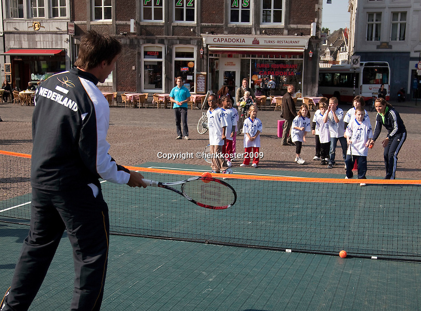 17-9-09, Netherlands,  Maastricht, Tennis, Daviscup Netherlands-France,  Straattennis op de markt met Igor Sijsling