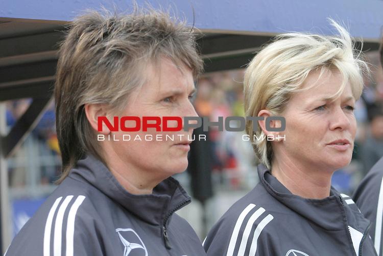 EM Qualifikation 2005 - Frauen Nationalmannschaft<br /> <br /> Deutschland vs. Ukraine 6:0<br /> <br /> Bundestrainerin Tina Theune-Meyer (links) und Silvia Neid (rechts) von der Deutschen Frauen Nationalmannschaft.<br /> <br /> Foto &copy; nordphoto - Ruediger Lampe<br /> <br /> <br /> <br /> <br /> <br /> <br /> <br />  *** Local Caption *** Foto ist honorarpflichtig! zzgl. gesetzl. MwSt.<br /> <br />  Belegexemplar erforderlich<br /> <br /> Adresse: nordphoto<br /> <br /> Georg-Reinke-Strasse 1<br /> <br /> 49377 Vechta
