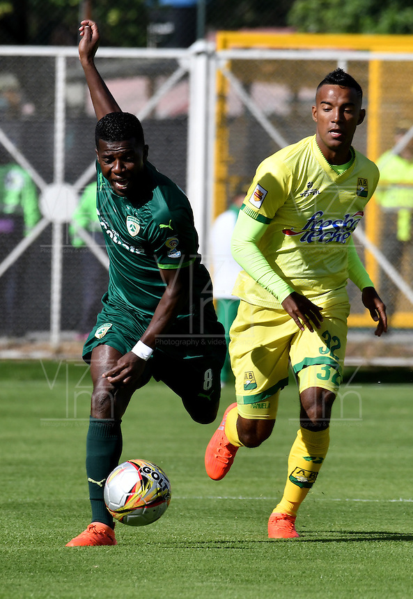 BOGOTA - COLOMBIA -05 -11-2016: Yessy Mena (Izq.) jugador de La Equidad disputa el balón con Cristian Mafla (Der.) jugador de Atletico Bucaramanga, durante partido entre La Equidad y Atletico Bucaramanga, por la fecha 19 de la Liga Aguila II-2016, jugado en el estadio Metropolitano de Techo de la ciudad de Bogota. / Yessy Mena (L) player of La Equidad vies for the ball with Cristian Mafla (R) player of Atletico Bucaramanga, during a match La Equidad and Atletico Bucaramanga, for the  date 19 of the Liga Aguila II-2016 at the Metropolitano de Techo Stadium in Bogota city, Photo: VizzorImage  / Luis Ramirez / Staff.