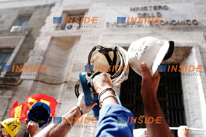 I manifestanti davanti al Ministero per lo Sviluppo Economico.Roma 10/09/2012 Manifestazione dei lavoratori dell'Alcoa di Portovesme, davanti al Ministero dello Sviluppo Economico durante l'incontro tra i rappresentanti sindacali e il Governo..Foto Serena Cremaschi Insidefoto