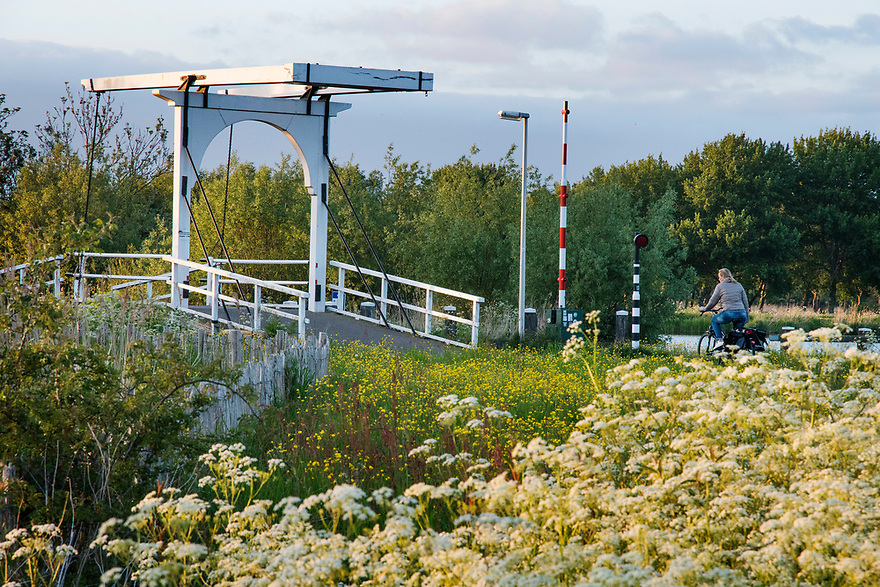 Nederland, Landsmeer, 20170509<br /> Natuurgebied Het Twiske. Recreatie fietsers.<br /> <br /> Foto: (c) Michiel Wijnbergh