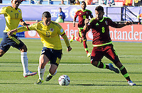 RANCAGUA-CHILE-14-JUNIO-2015. James Rodriguez (Izq.) jugador de Colombia, disputa el balón con Tomas Rincon de  Venezuela durante partido Colombia y Venezuela, por la fase de grupos, Grupo C, de la Copa America Chile 2015, en el estadio El Teniente en la Ciudad de Rancagua. / James Rodriguez  (L) player of Colombia, vies for the ball with Toma Rincon player of Venezuela, during a match between Colombia and Venezuela for the group phase, Group C, of the Copa America Chile 2015, in the El Teniente stadium in Rancagua city. Photos: VizzorImage /  Alfredo Gutierrez / Contribuidor